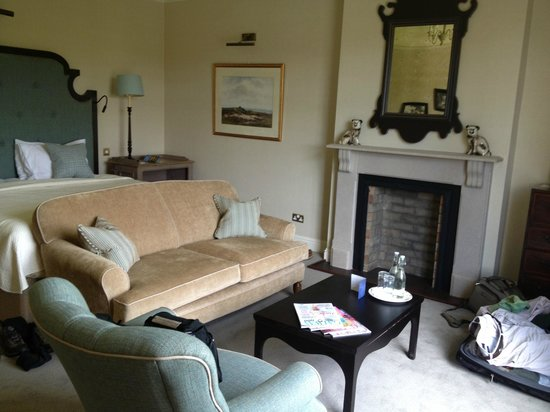 Ballynahinch Castle Hotel : huge room with fireplace