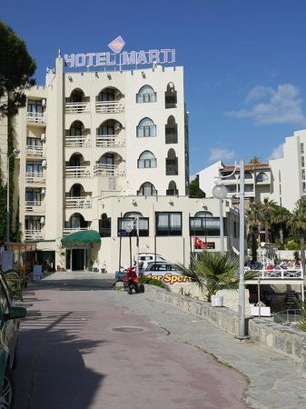 Marti Beach Hotel : vue depuis la rue  l'hotel Marti