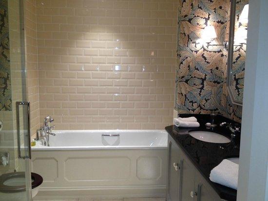 Ballynahinch Castle Hotel: huge bathroom