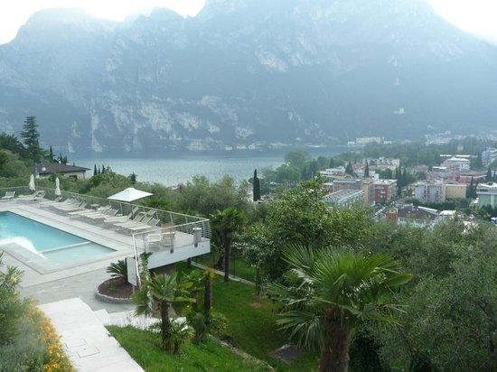 Panoramic Hotel Benacus : Riva e la piscina dell'albergo
