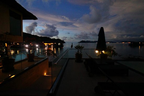 Gayana Eco Resort: Pool area after sunset