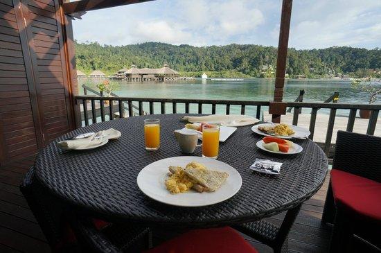 Gayana Eco Resort: Breakfast on a terrace