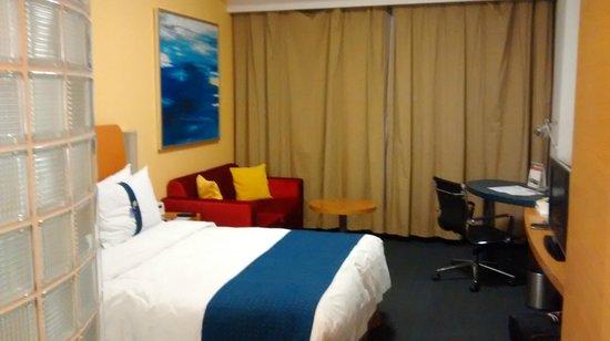 Holiday Inn Express Shanghai Wujiaochang: Good colorful sofa