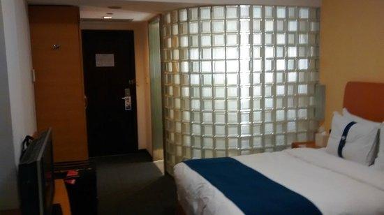 Holiday Inn Express Shanghai Wujiaochang: Glass brick wall for bathroom
