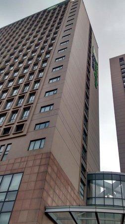 Holiday Inn Express Shanghai Wujiaochang: Hotel building