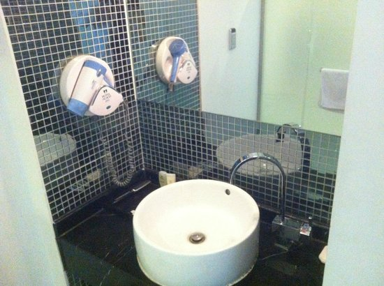 Benikea Hotel Acacia: 浴室