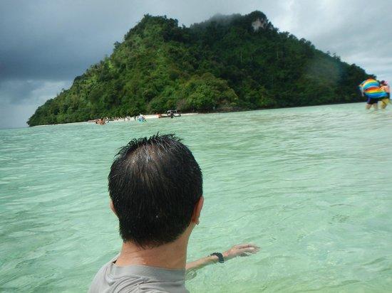 Tup Island: 隣の島を臨む