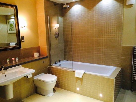 Crabwall Manor Hotel Spa: Bathroom in room 32