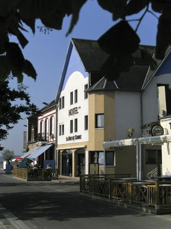 Hotel de la Baie de Somme: Hotel from the roadside and carpark