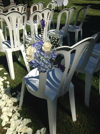 Hillbrook Inn : Beautiful chair flowers they made for my ceremony.