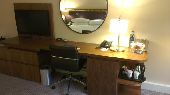 Hilton London Wembley: Workspace in room 657