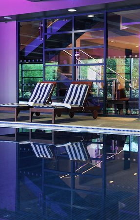 Village Hotel Leeds South: Loungers by the Pool