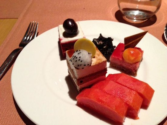 Shangri-La's Eros Hotel: Variety of tasty dessert and fresh fruit!