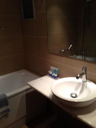 Plaka Hotel: Large bathroom and Great shower