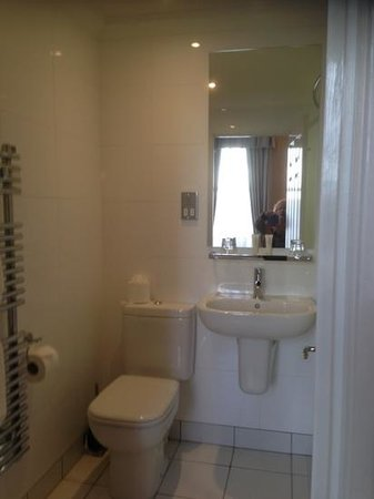 Royal & Fortescue Hotel: my nice clean and modern bathroom