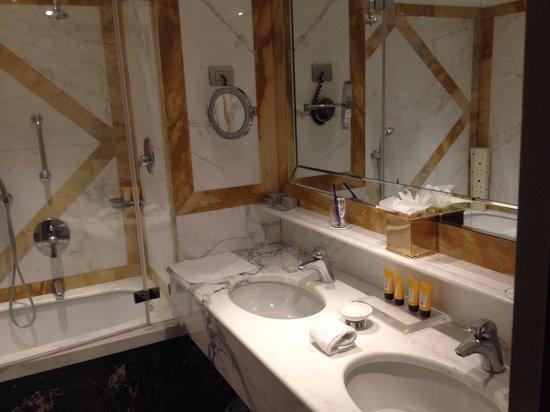 Hotel Principe Di Savoia : Bathroom