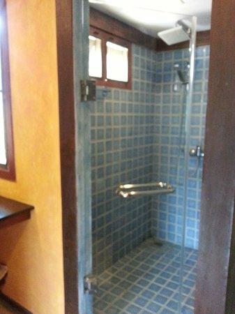Jangmuang Boutique House : Glass door bathroom