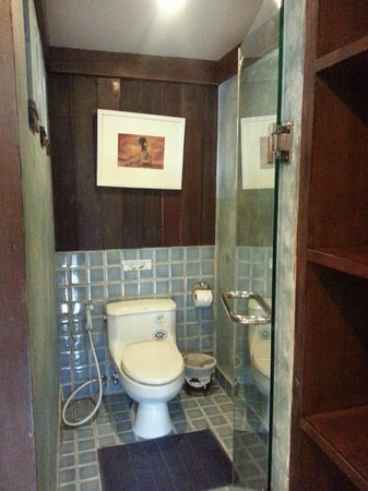 Jangmuang Boutique House : Glass door toilet