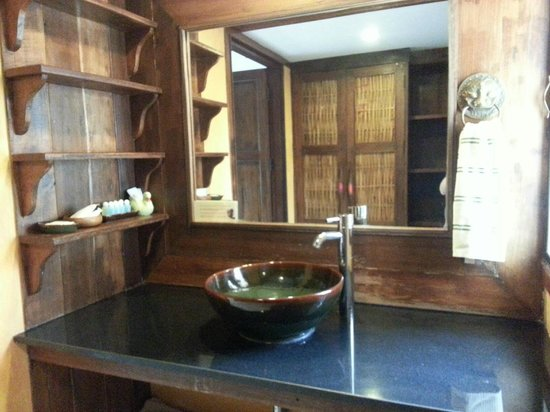 Jangmuang Boutique House: Sink with large space for toiletries