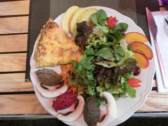 La Petite Maison : Tarta de calabacín con ensalada y tres tipos de tapenade