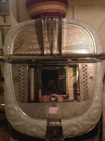 Hanalei Surfboard House: Awesome vintage juke box!