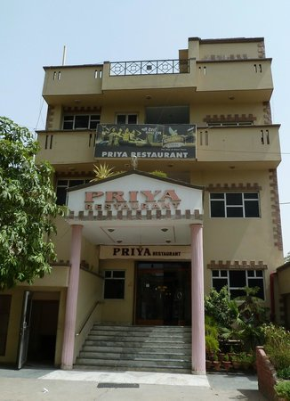 Priya Restaurant : Entrada al restaurante