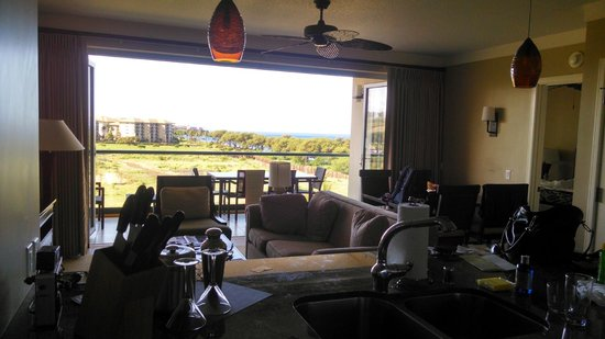 Honua Kai Resort & Spa : The view from the kitchen overlooking the livingroom