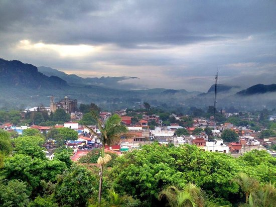 Posada Del Tepozteco: Stunning mountains and town area