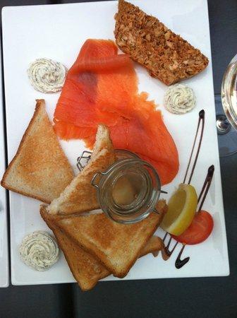 Millésime : L'assiette de la mer avec le saumon fumé et les rillettes de sardine + la terrine. Juste excelle