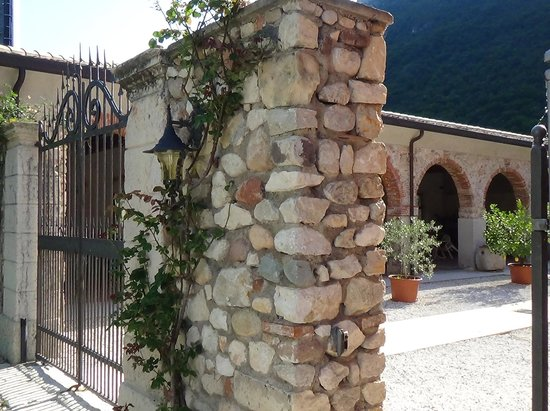 Agriturismo Palazzo: Entrance gate for after hours