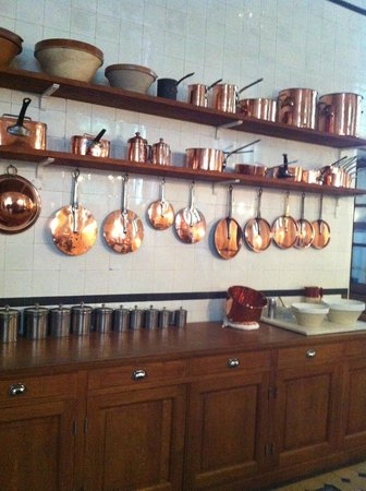 Musée Nissim de Camondo : Copper pots in the kitchen