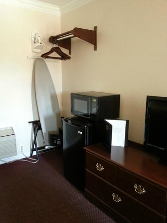 Econo Lodge at the Falls North: Mini fridge, microwave, safe (extra charge for use), etc