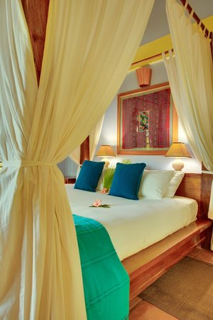 Hamanasi Adventure and Dive Resort: Hamanasi Honeymoon suite bed