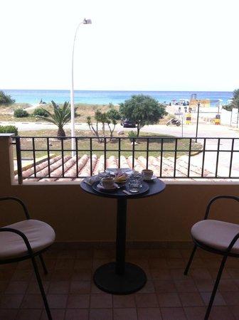 Hotel via del mare : colazione in camera con vista