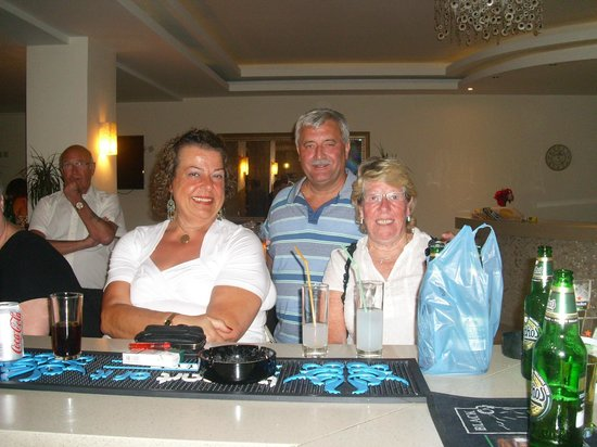 Zante Plaza Hotel & Apartments: friends round the bar