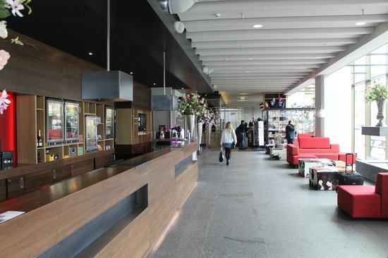 Ramada Apollo Amsterdam Centre: Front Desk