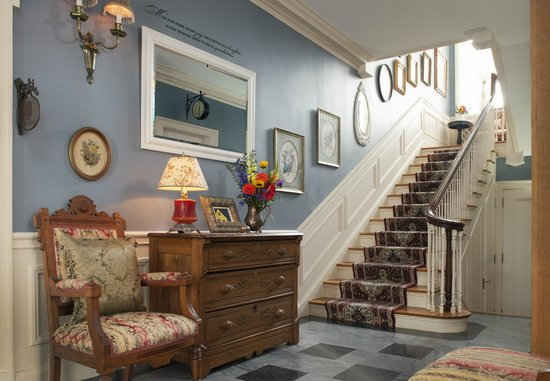 A G Thomson House Bed and Breakfast: Grand entry way