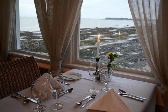 Auberge Sur Mer : Table pour deux au bord du fleuve