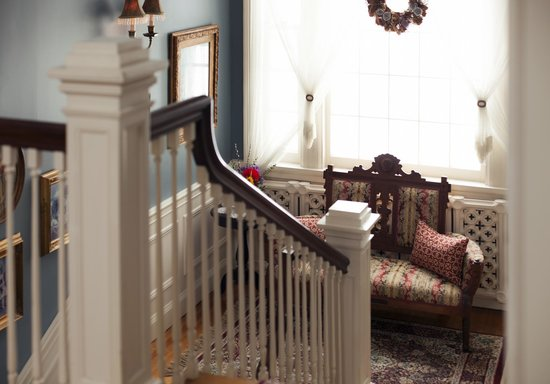 A G Thomson House Bed and Breakfast: Stairway landing