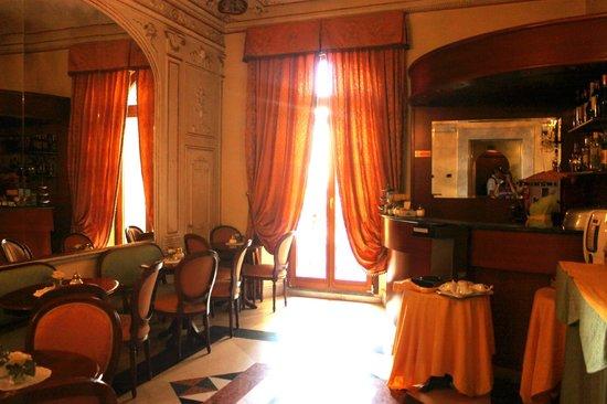 Domus Florentiae Hotel : Breakfast room-doors open to beautiful courtyard