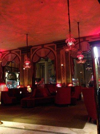 Hôtel Barrière Le Royal Deauville : Lounge at night