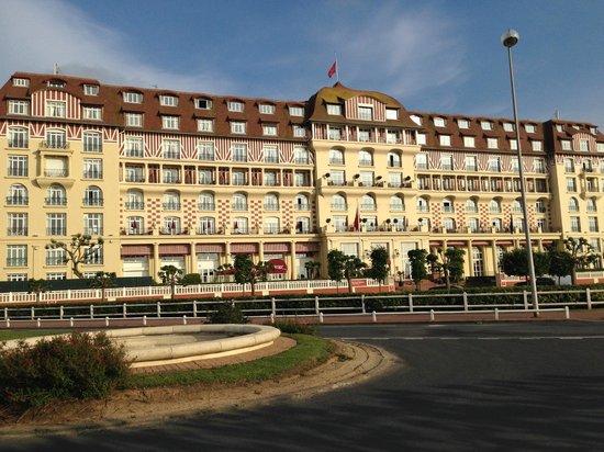 Hôtel Barrière Le Royal Deauville : Front of building