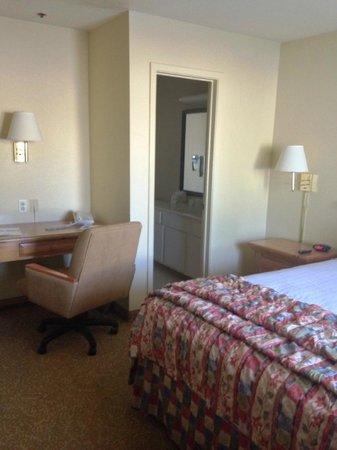 Days Inn & Suites Tempe: Standard Queen Room