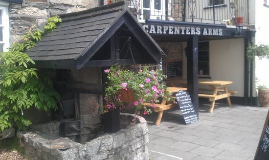 Carpenters Arms: Lovely flower baskets
