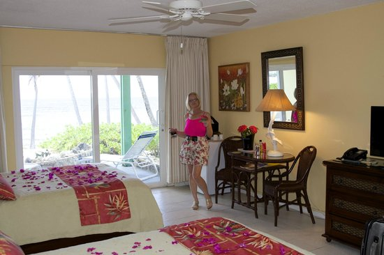 The Palms at Pelican Cove: ROOM WITH FLOWER PETALS