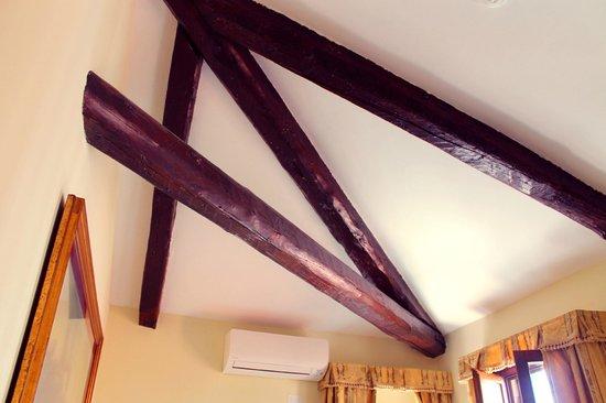 Hotel Scandinavia: Wooden beams in room