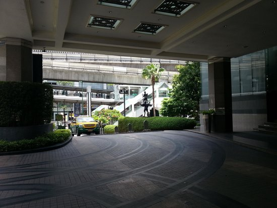 InterContinental Bangkok: Large spacious lobby porch for taxis and cars dropping guests