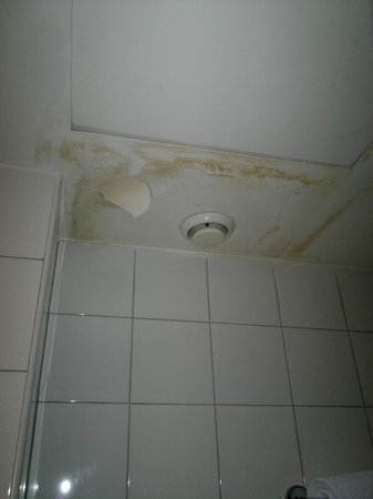 Hotel Executive: Soffitto con vernice cadente (marcia)