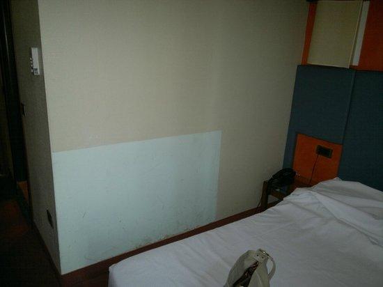 Hotel Executive: Parete di camera tinteggiata tanto per farlo