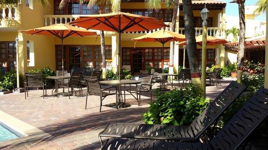 La Quinta Beach Resort: Tables around the pool